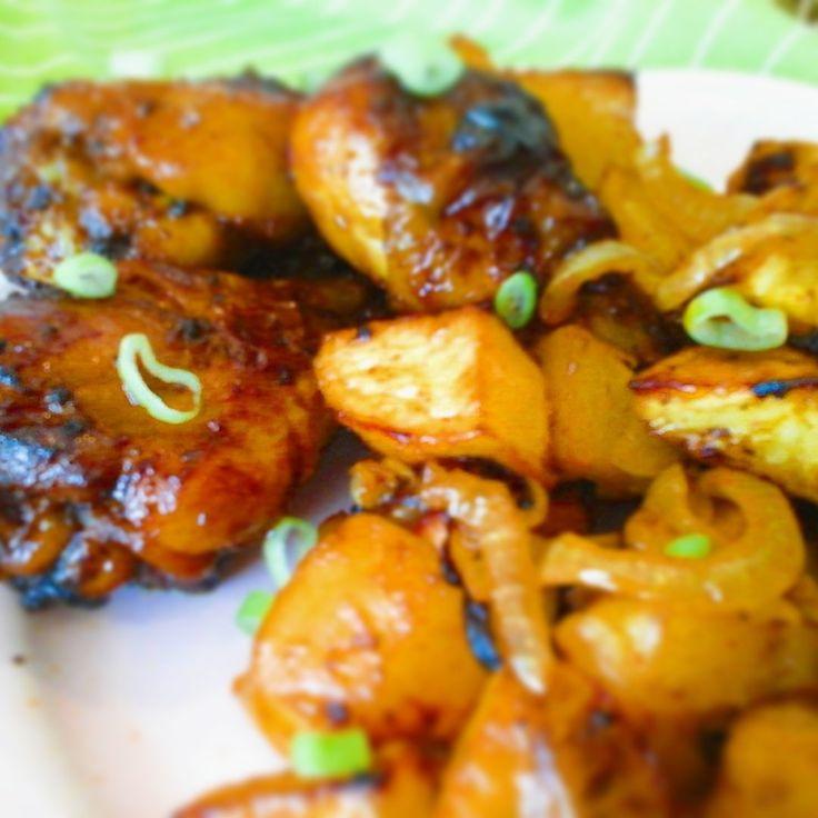 Egy ínyencség: Ropogós zöldfűszeres csirkecombok, hagymás sült krumplival   Mediterrán ételek és egyéb finomságok...