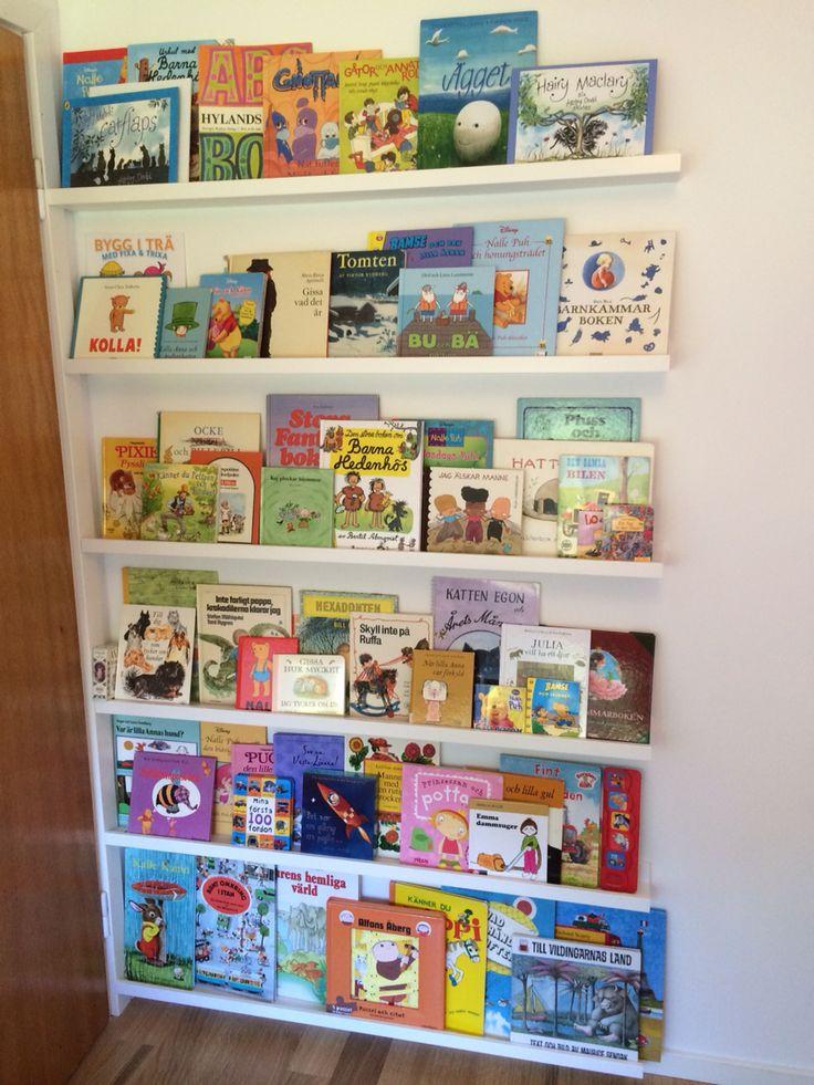 Bokhylla av Tavellister. Lillans eget bibliotek utnyttjar perfekt utrymmet bakom dörren!