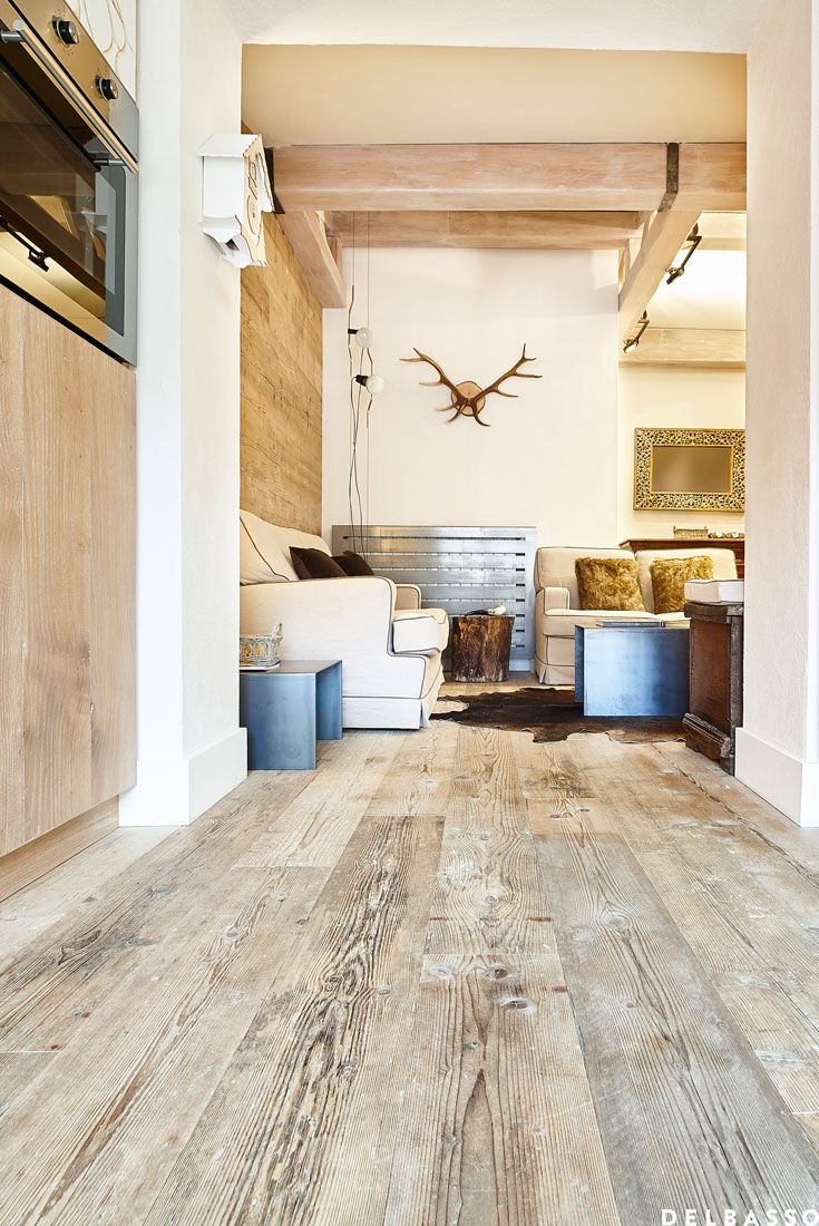 Chalet con pavimento in legno in abete di recupero. Ambiente firmato @DELBASSO parquet Chalet with reclaimed fir wood flooring.