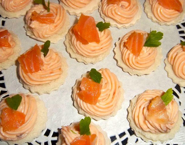 Ricetta veloce per preparare delle tartine al salmone e formaggio philadelphia. Preparazione con e senza Bimby. Antipasto di Natale. Finger food Capodanno