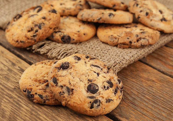 Facebook Pinterest Print EmailJeg havde lyst til at bage nogle cookies med chokolade og prøvede mig frem til disse. Hvis man er lidt sulten eller bare har lyst til noget sødt, er disse cookies ideelle. De er tilsat godt med…
