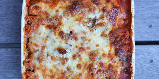 Utrolig simpel men skøn ret, hvor kylling, tomatsauce og pasta alt sammen tilberedes i ét fad med smeltet ost på toppen.