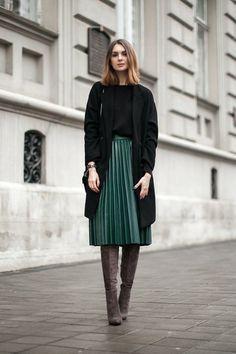 jupe longue plissée verte foncée, chaussures marrons femme elegante