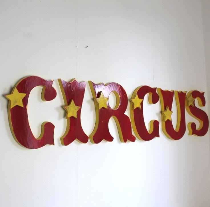 grand mot circus en bois : cirque rouge et jaune , enseigne , chambre garçon , tête de lit : Décorations murales par mylittledecor
