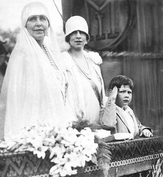 Regina văduvă Maria (Missy), Elena (Sitta), Regina mamă, și copilul rege Mihai (prima domnie, 1927 - 1930).