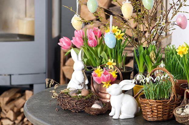 Enfeites de decoração para Páscoa. Coelhos brancos. Decoração com coelhos.
