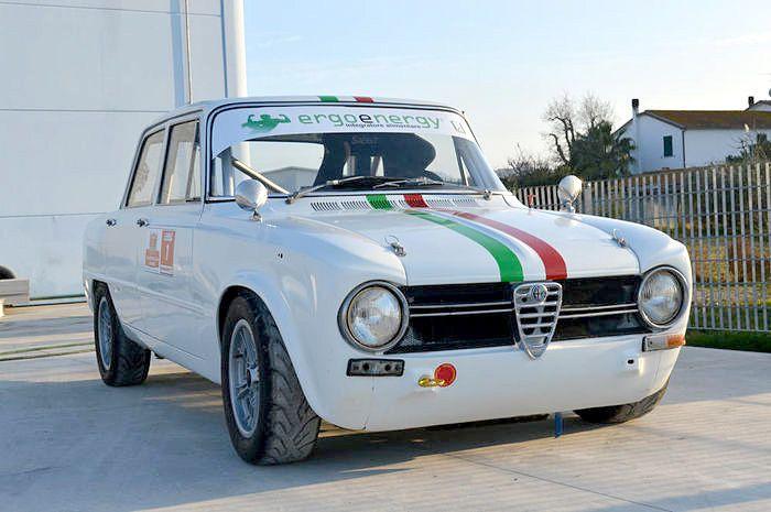 Alfa Romeo Giulia TI 1300 van 1965 DATA Afgelezen stand: 100 Motor: 1300 cc 4-cilinder Dubbele bovenliggende nokkenas Staat motor: nieuw Staat carrosserie: goed lakwerk Extras: kooiconstructie, sport stoelen, brand blusser Motor: totale onderhoudsbeurt met enkele opvoeringen, met vliegwiel, drijfstangen en cardanaandrijving gebalanceerd, zuigers verlaagd, zuinig, motornummer, auto chronologie. Lichtmetalen Melber velgen 14x6j BESCHRIJVING Straat auto omgebouwd tot een race voertuig ...