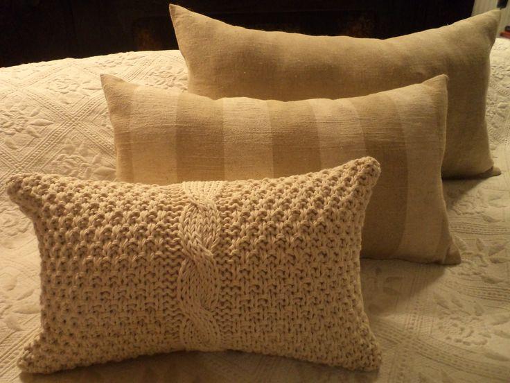 Almohadones en linos lisos y rayados y almohadón tejido