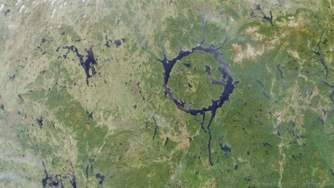 """Hồ chứa Manicouagan, Canada. Còn được gọi là """"Con mắt Quebec"""", hồ Manicougan được hình thành khi một thiên thạch lao xuống Trái Đất hàng trăm triệu năm trước. Ở phần chính giữa có một vòng tròn dâng cao lên, mà điểm cao nhất là núi Babel. Hồ có diện tích gần 2.000 cây số vuông."""