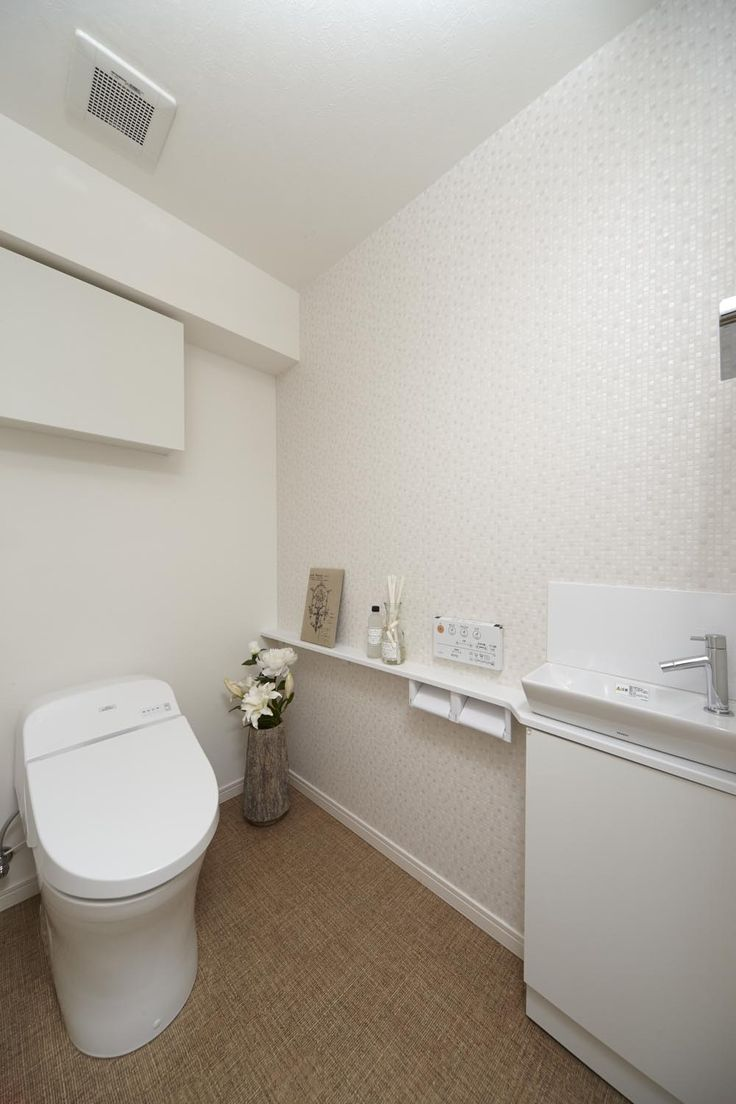 広々トイレには、手洗い器付。おしゃれなタンクレストイレですっきり。