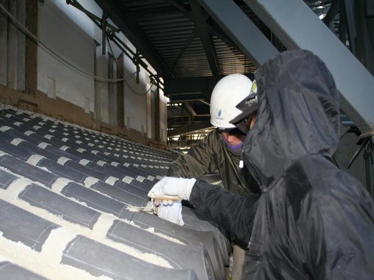 2012.12月  一重屋根 目地漆喰下塗り 北面  先輩に指導されながらの作業です。技術の伝承は文化財修理には必須です。