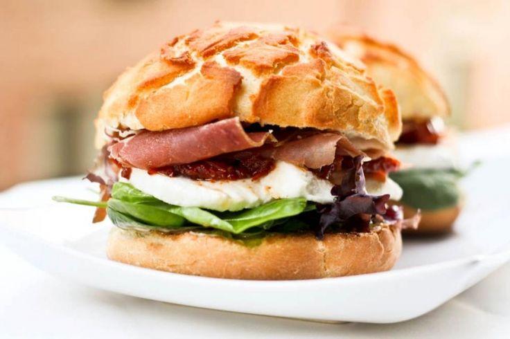 Σάντουιτς με Καπνιστή Μπριζόλα ή Χοιρομέρι - gourmed.gr