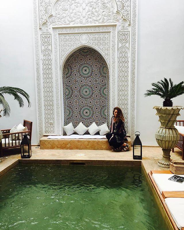 🌴Buenas tardes desde el paraíso🌴#marrakech es una ciudad de caos y un remanso de paz a la vez, ni yo sé cómo puede ser eso😂😂ya os iré enseñando mis look por aqui😘😘 #buenastardes . . . . . . #blogger #morocco #travel #picoftheday #ootd #riad #followme #instafashion #instablogger #photography #toledo #blog #me #travelgram