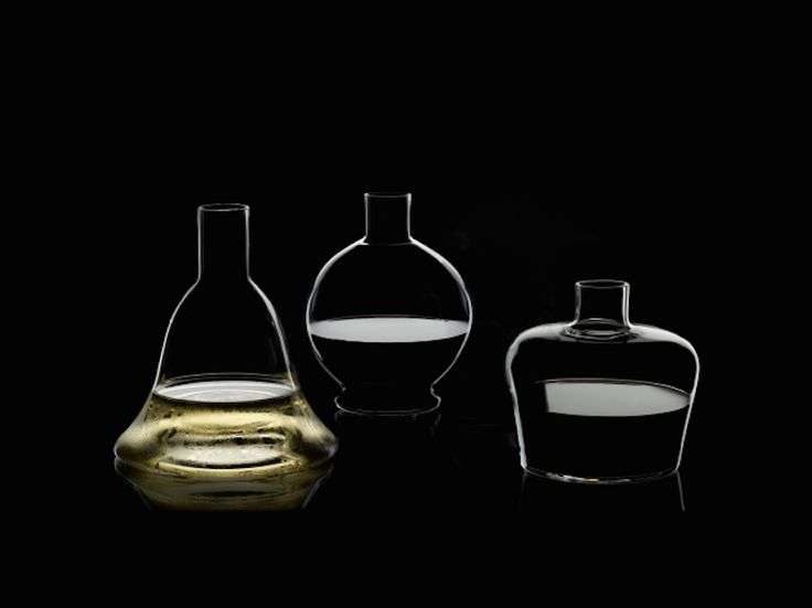 『リーデル・エム コレクション』は、100年前のコニャックやウイスキーのボトルに着想を得てデザインされた3種類のデカンタだ。優しい丸みを帯びた、どこか懐かしさを感じるクラシカルなフォルムは、ワインと空気を穏やかに触れ合わせ、飲み頃の状態へ導いてくれるという優れもの。