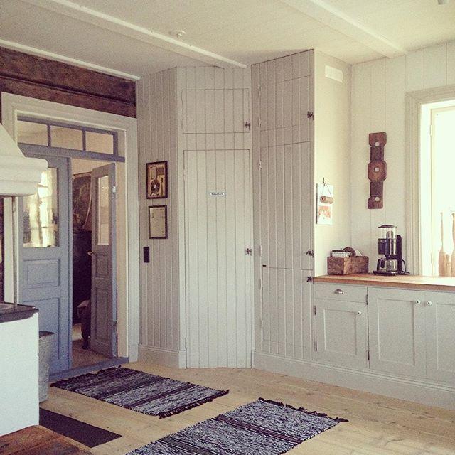 Jess! De kom på en snabbvisit in i köket, solen och ljuset, och jag hann se dem innan de försvann. Det viner kring knutarna och man undrar hur mycket storm ett hus tål. Var finns du, min riktiga vinter, vem har tagit dig? Du är så saknad! #kök #lantkök #maalaiskeittiö #countrykitchen #trasmattor #lufolk