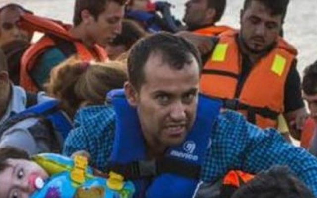 14 MORTI A KOS PAPA' GETTA IL FIGLIO A MARE PER SALVARE LA FAMIGLIA 14 migranti a bordo è affondata nella notte vicino all'isola greca di Kos provocando la morte di due bambini: lo ha reso noto la Guardia Costiera greca. Il padre di uno dei bimbi morti è stato costre #migranti #bimbo #morto #kos #grecia