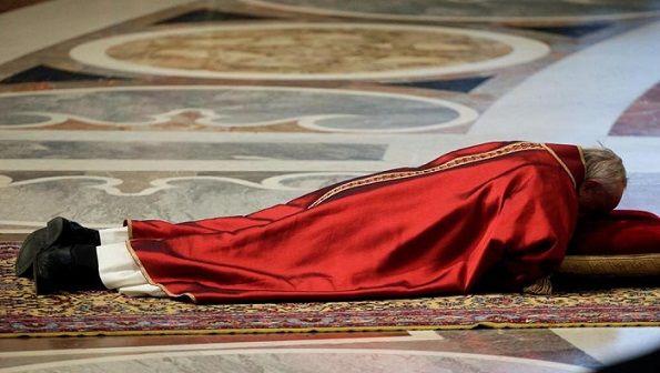 Papa Francesco a terra in preghiera per la celebrazione della Passione a San Pietro