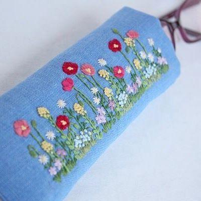 *  .  メガネケースが出来上がりました♪  .  蝶々や蜜蜂が飛んできそうです  .  .  #刺繍#手刺繍#ステッチ#手芸#embroidery#handembroidery#stitching#needlework#자수#broderie#bordado#вишивка#stickerei#ハンドメイド#handmade