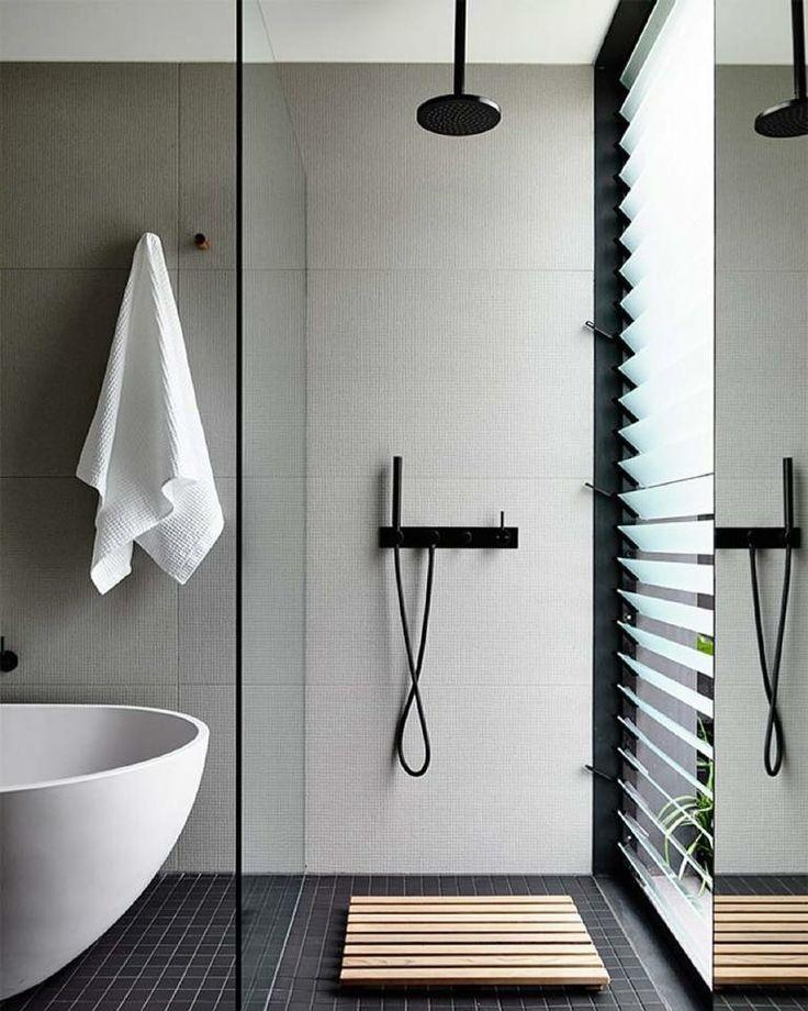 J'aimerais que la douche soit au même niveau que le reste dans la salle de bain - avec une séparation vs la baignoire?