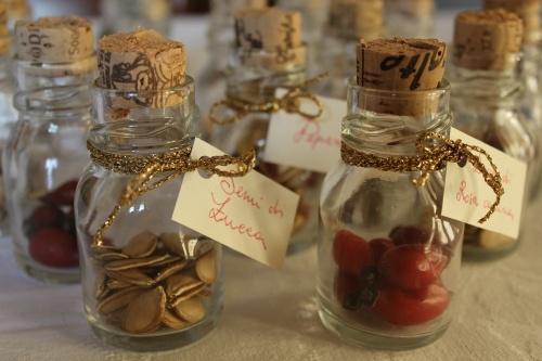 segnaposti con bottigliette e semi vari