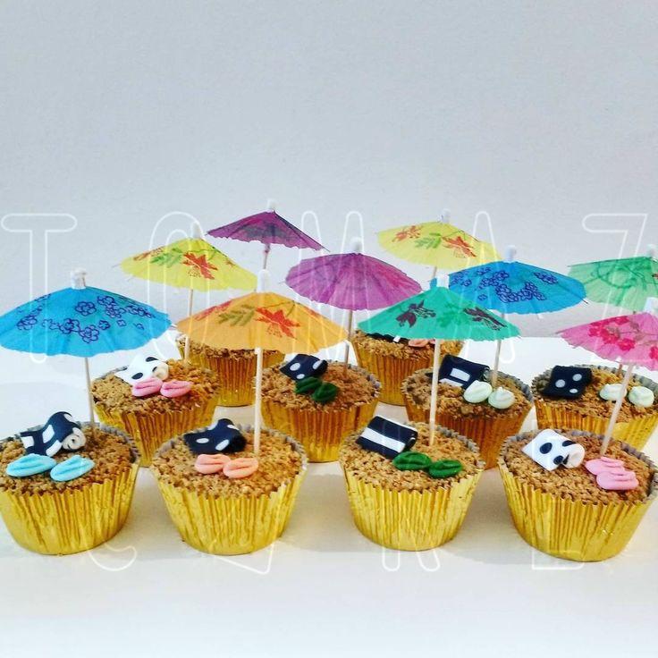 Cupcakes de nozes recheados de doce de leite. Tema Rio de Janeiro. As toalhas em branco e preto combinado com o calçadão de Copacabana. Muito Sol!!!!! #carioca #tomazcake #cupcakes #festa #cakedesign #cupcakedecorado #cupcakedepraia #cupcakecompaçoca
