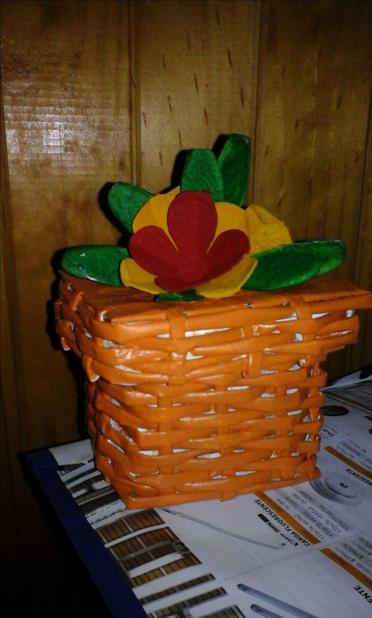 cesteria con papel de diario