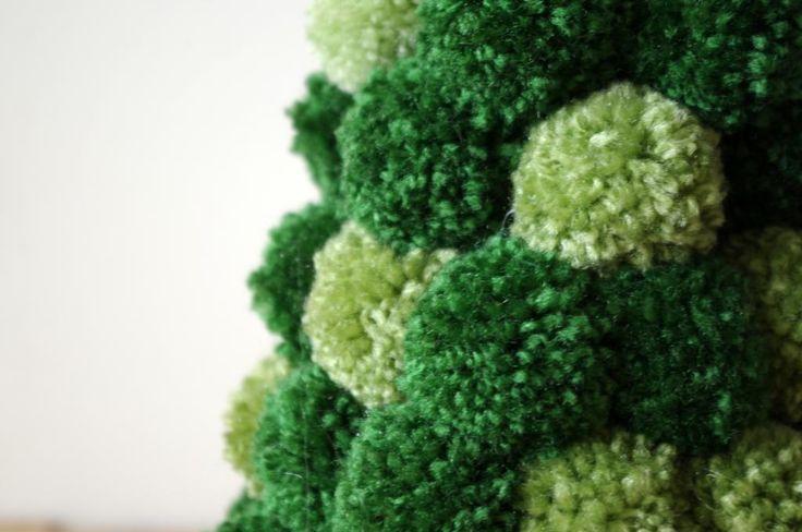 Zelený stromek z bambulí - Celkem asi stovku bambulí ve dvou odstínech zelené jsme tavnou pistolí přilepili na polystyrenový kužel. Dá sice práci a několik dní budete jen motat bambule ale výsledek stojí za to. Jako vánoční dekorace vypadá velmi moderně a svěže. ( DIY, Hobby, Crafts, Homemade, Handmade, Creative, Ideas)