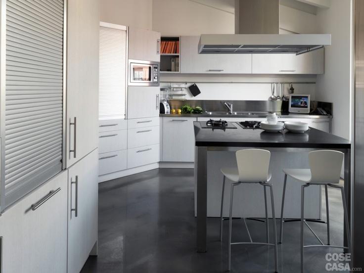 In cucina i mobili in rovere sbiancato sono realizzati su misura da Mobilart.  #cucina #kitchen