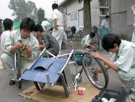 栃工高国際ボランティアネットワークは、使われなくなった車椅子を修理して世界各国に届けるほか、生徒が毎年、タイに出向いて修理活動もしている。