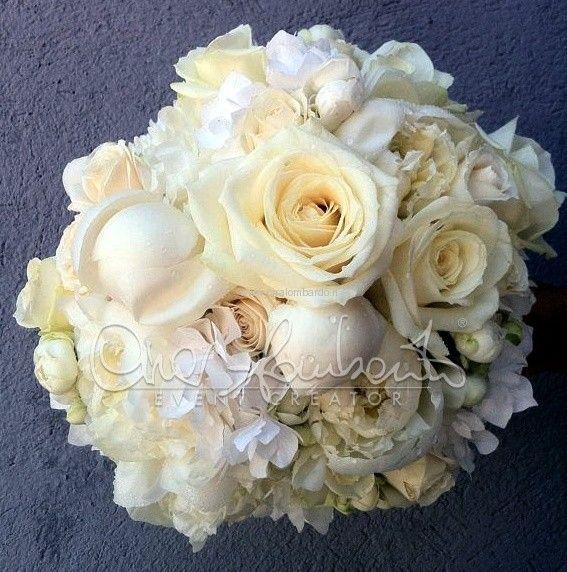 bouquet total white: peonie bianche, rose Avalanche (che sono considerate le più belle rose bianche non solo per il loro colore, ma anche per la quantità di petali del bocciolo), roselline poliandre e ortensie bianche.