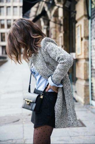 tenue blazer en laine gris chemise de ville bleu clair minijupe sac