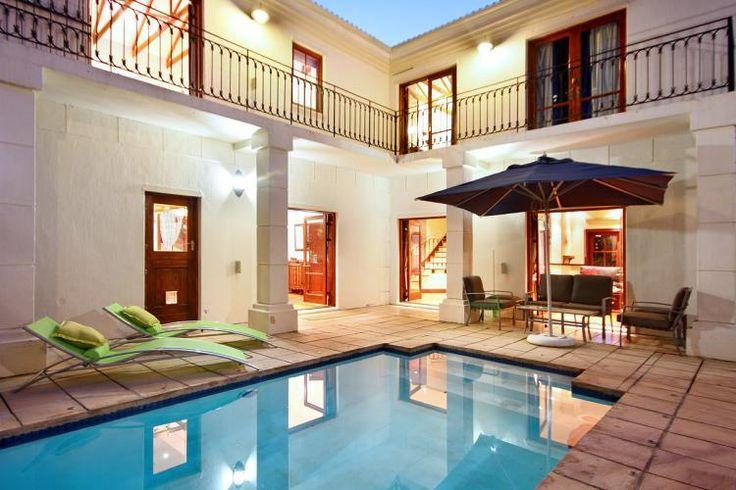 Villa Central - Une villa de vacances de 3 chambres située à Camps Bay, avec piscine et vue sur l'Océan Atlantique.