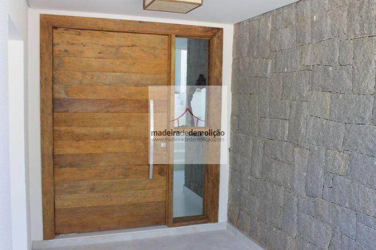 Escolher uma porta pivotantes em madeira de demolição para seu projeto é sinônimo de bom gosto e status. A madeira de demolição possui ranhuras únicas, que faz do objeto uma atração singular. O visual é charmoso e surpreendente.