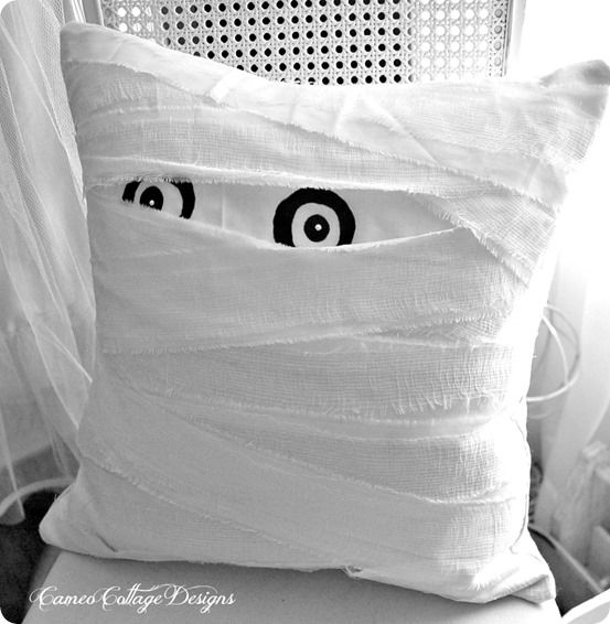Your kiddos will love this Pottery Barn knock off mummy pillow for Halloween. It is even better than the original since it was made with gauze that won't fray or unravel!