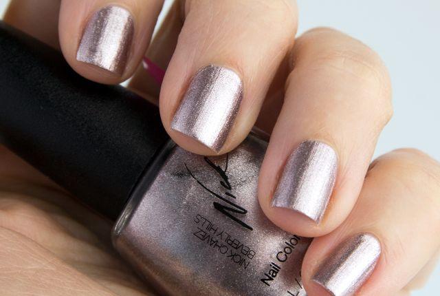 Koko zeigt die Glitter Nails von NICK CHAVEZ.