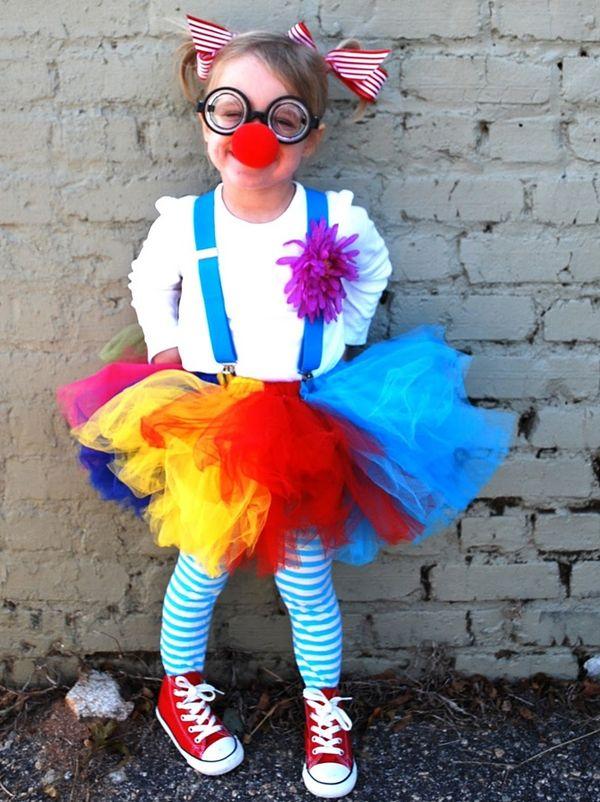 Mesdames, mesdemoiselles, messieurs, approchez approchez ! Voici les meilleures idées pour un incrrrrroyable anniversaire pour enfant sur le thème du cirque ! Clowns, dresseurs de fauves, acrobates, cavaliers, ils sont tous là pour un goûter d'anniversaire inoubliable sous le grand chapiteau. Décorations, bricolages et invitations à imprimer, jeux et animations : nos idées et conseils pour organiser un anniversaire cirque sont ici. Suivez le guide !