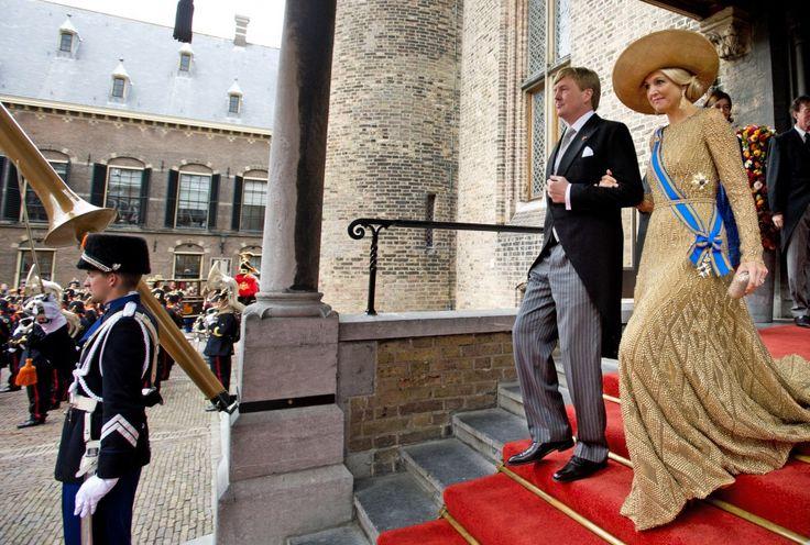 Koning Willem-Alexander en koningin Maxima verlaten na afloop van de Troonrede de Ridderzaal. Prinsjesdag 2013.