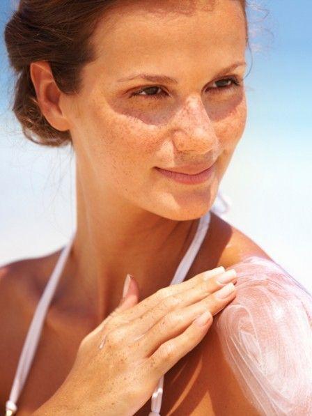 Nicht aufgepasst? Ist die Haut gerötet und brennt, braucht sie besondere Zuwendung. Diese sechs Hausmittel gegen Sonnenbrand wirken Wunder.