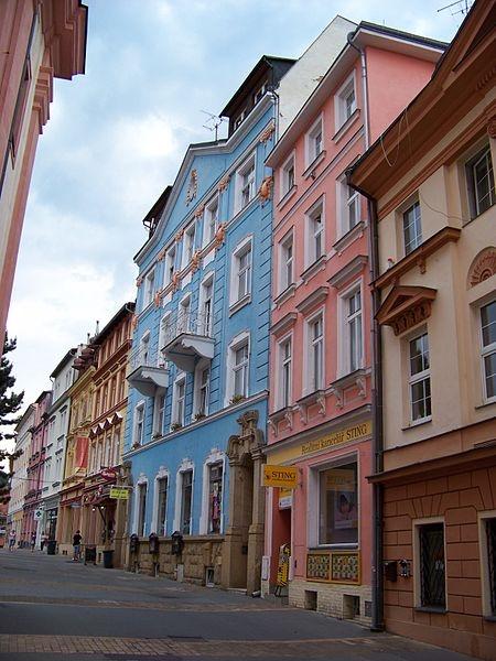 Křížová ulice, domy proti kostelu