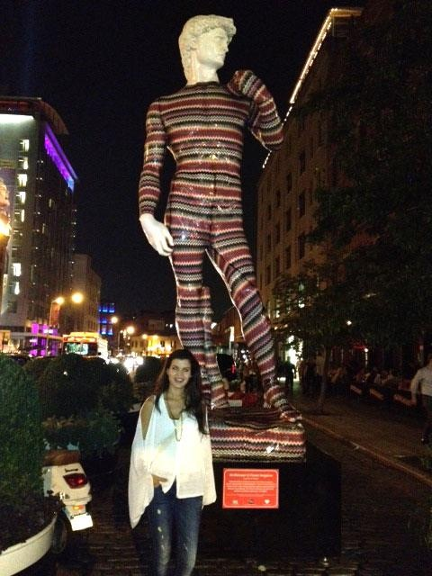 Escultura del David vestido de Missoni una marca Italiana muy famosa, ubicado en Meet Town en New York.