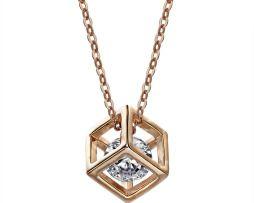 Luxusný náhrdelník s príveskom v tvare kocky s kryštálom