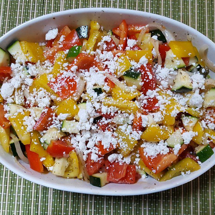fantasia di verdure estive con formaggio  feta e pepe nero