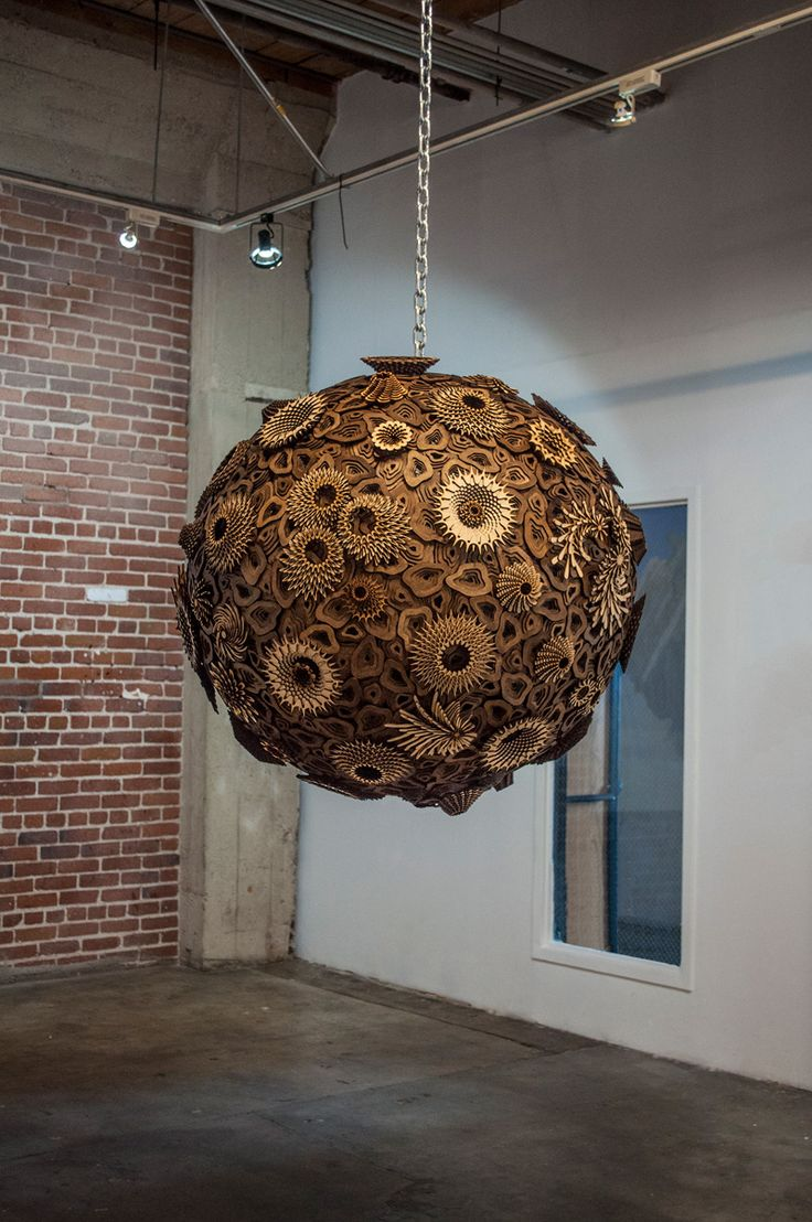 円の形を成し吊り下げられた木製の立体オブジェクト