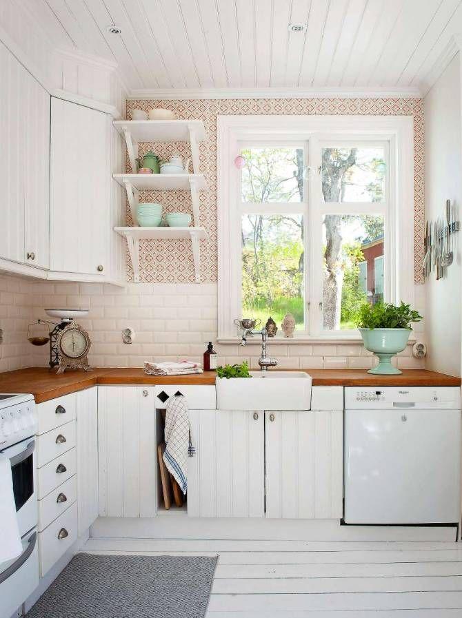 Köket har fått ommålade luckor och porslinsho från Ikea. En stor skål från Marocko har fyllts av örter.