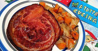 Ingredienti: 4 fette di porchetta dello spessore di 2cm (250g cad), 900g cipolle dorate affettate, 380g zucca a dadi, 4 rametti di timo, noce moscata, olio, sale Mescolare le cipolle con la zucca e le