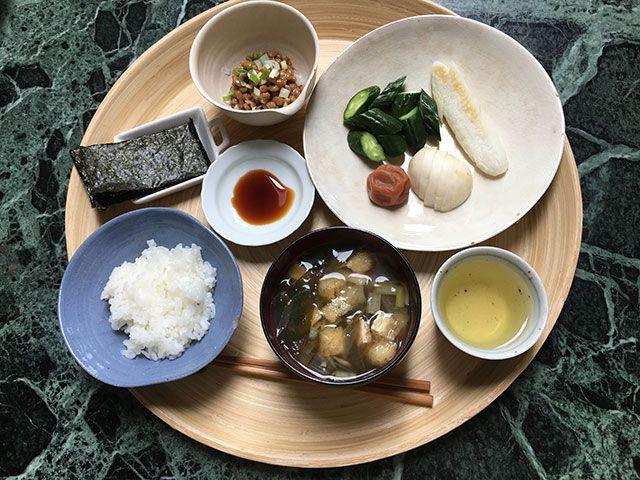 納豆、海苔、笹かまぼこ、漬物(きゅうり、蕪)、梅干し、ごはん、味噌汁(油揚、わかめ、ネギ、ミョウガ)
