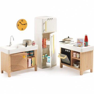 Le mobilier pour poupées La cuisine de la marque Djeco viendra agrémenter la maison de poupées de votre petite fille de jolis éléments de décoration.