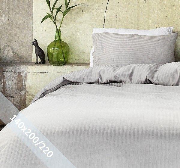 Hotel Linnen grijs éénpersoons (140x200/220 cm) dekbedovertrek van 100% katoen-satijn. Wentel je in het stijlvolle en de luxe van een hotelsuite. Door verschillende weeftechnieken ontstaan de banen met mat en glans.