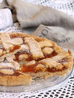 La crostata con zucchero di canna è rustica e profumata, farcita con deliziosa confettura di albicocche. Senza burro, senza uova, leggera e delicata.