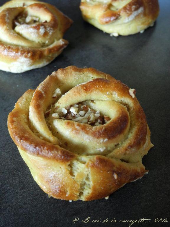 Roses briochées à l'amande, miel & cannelle | Blog de cuisine bio : Le cri de la courgette...